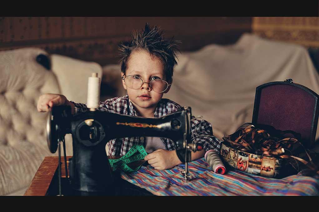 ArtModa мальчик за швейной машинкой